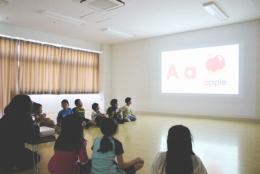 子どもたちがiPadで英語アプリの動画を見ながら自由に発音している様子