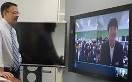 Skypeで中学生と話す平野社長