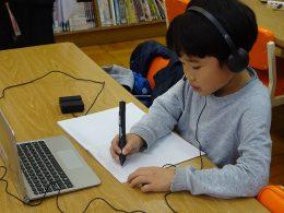 解答はデジタルペンで専用のノートに記入、画面に共有される。