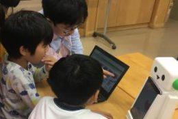 ロボット「こくり」の自己紹介をプログラミングする児童たち