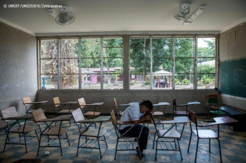 ホンジュラスの学校で、他の生徒からのいじめに合った男の子。(2018年8月撮影) © UNICEF_UN0232616_Zehbrauskas