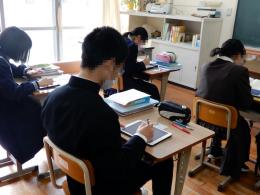 自分のペースで集中して課題に取り組む生徒