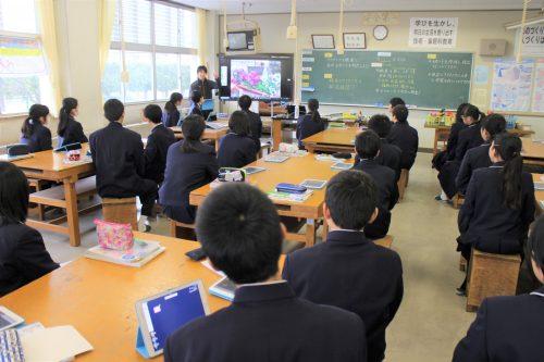 授業では1人1台でタブレットを活用