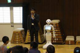学校にロボットを連れてきた(愛和小)