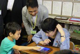 前原小を訪問した高市総務相と見守る松田校長(2016年9月)