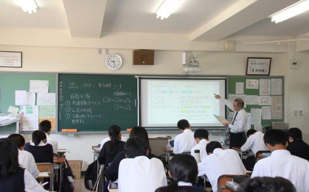 板書とスクリーンを併用する金光教諭