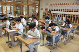 『近小ゼミ』で小テストに挑戦する児童ら