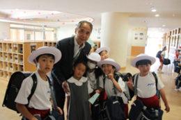 優しい森田校長。廊下を歩けば、すぐに児童に取り囲まれる